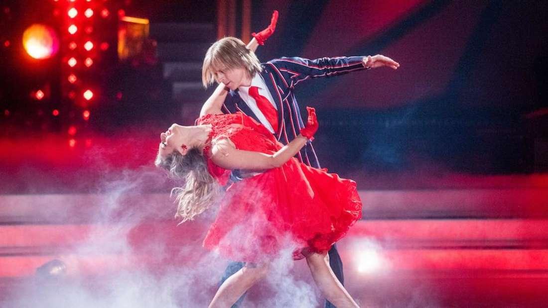"""Sänger John Kelly mit seiner Tanzpartnerin bei """"Let's Dance"""""""