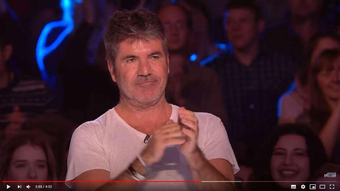 Jury-Boss Simon Cowell verfolgte den Auftritt von Calum Courtney mit großen Augen.