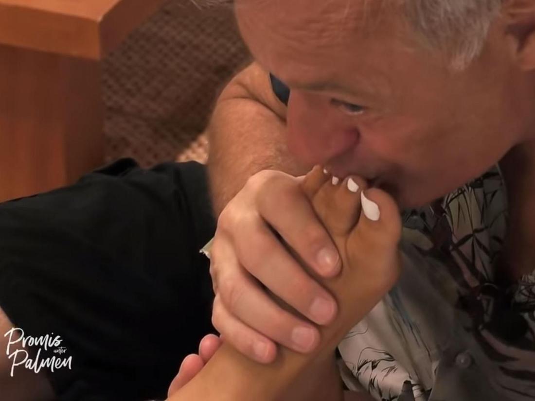 Kleiner Fußfetisch? Ronald Schill knutscht die Mauken von Janine Pink.
