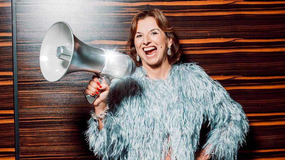 """Der Lautsprecher Claudia Obert: Zwischen """"Promi Big Brother"""" und """"Promis unter Palmen""""."""