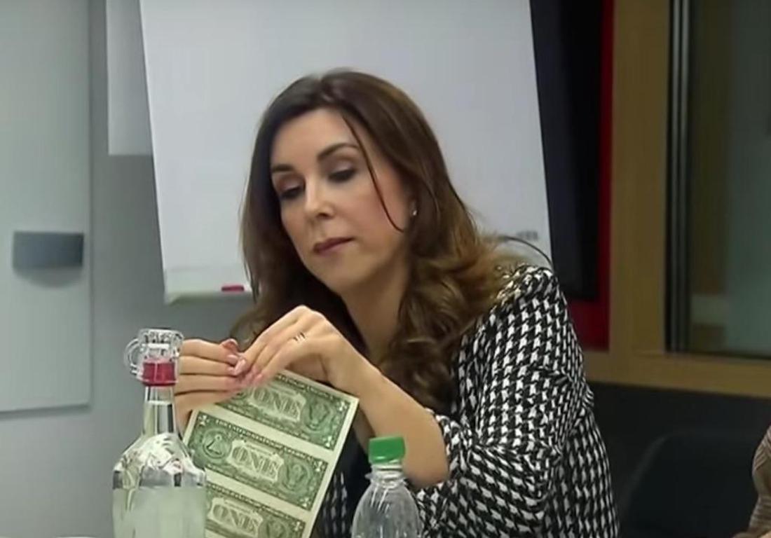 """""""Die Höhle der Löwen""""-Investorin Judith Williams begutachtet die Dollar-Scheine"""
