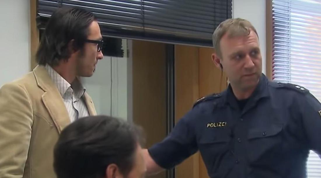 """""""Erfinder"""" Michael Förster wird von der Polizei abgeführt"""