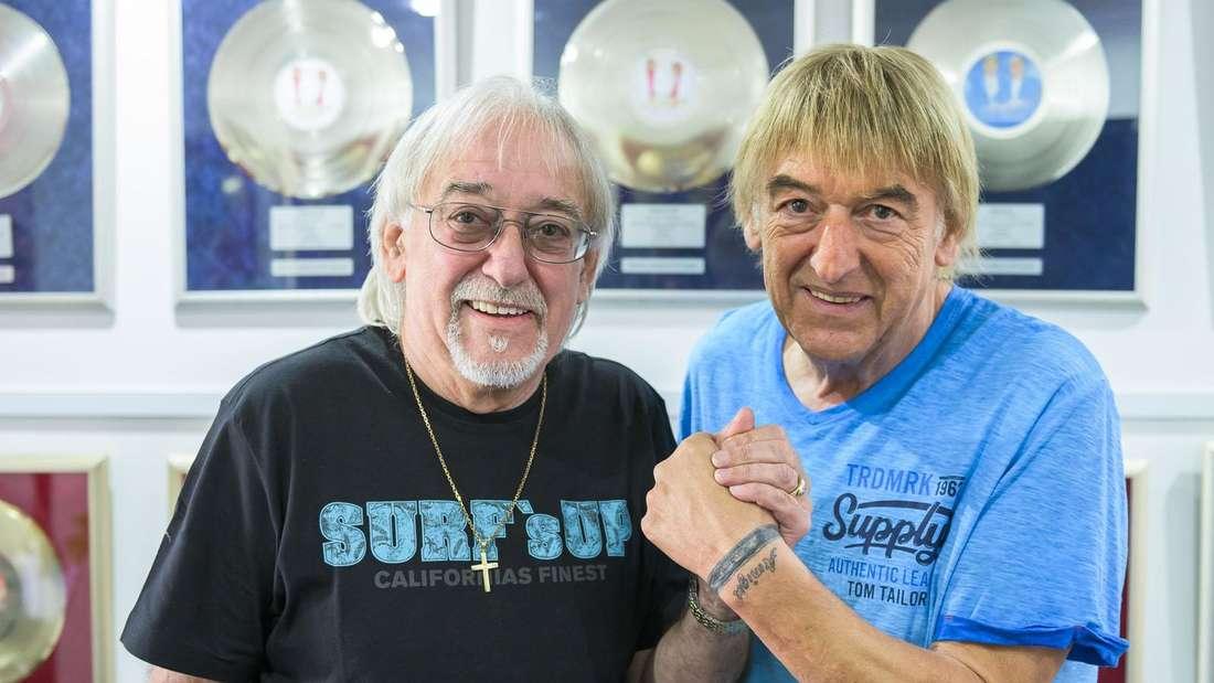 Bernd (re.) und Karl-Heinz Ulrich vor ihren vielen Gold- und Platinschallplatten.