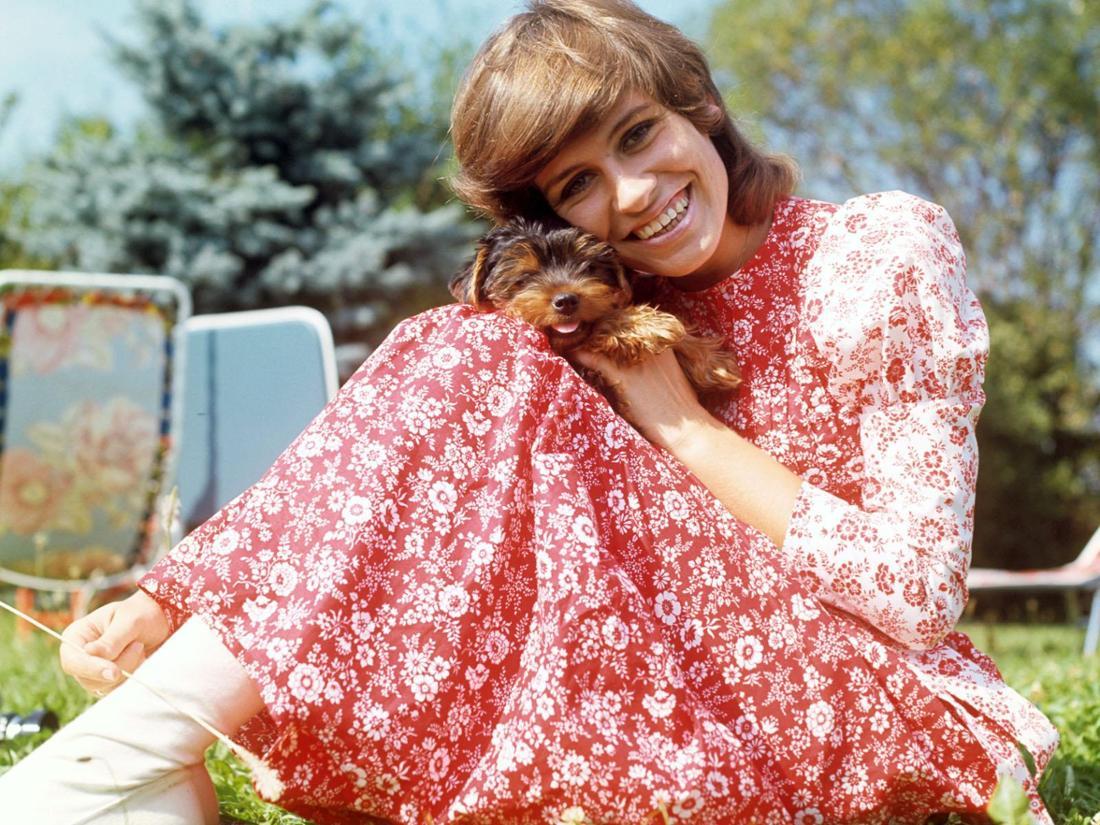 Schlagersängerin Mary Roos lächelt im Alter von 22 Jahren in die Kamera.
