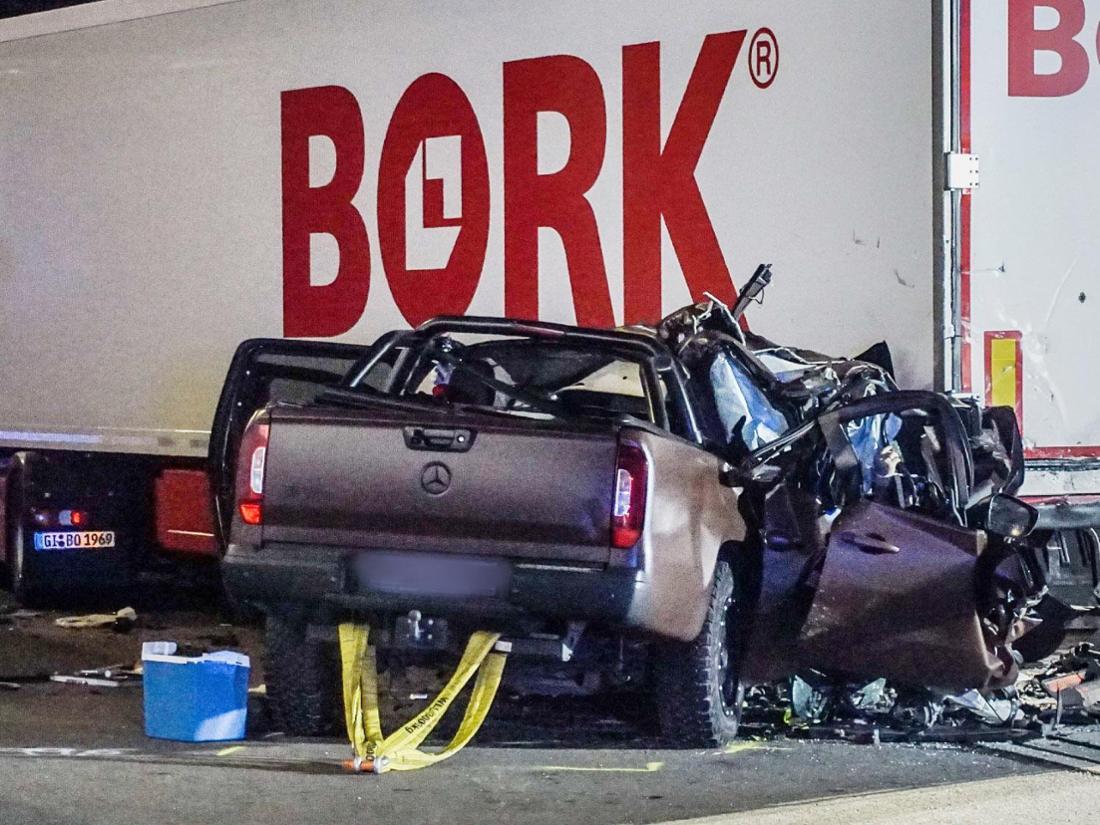 Der Unfallwagen der Kantoreks auf einem Rastparkplatz der A8 bei Stuttgart.