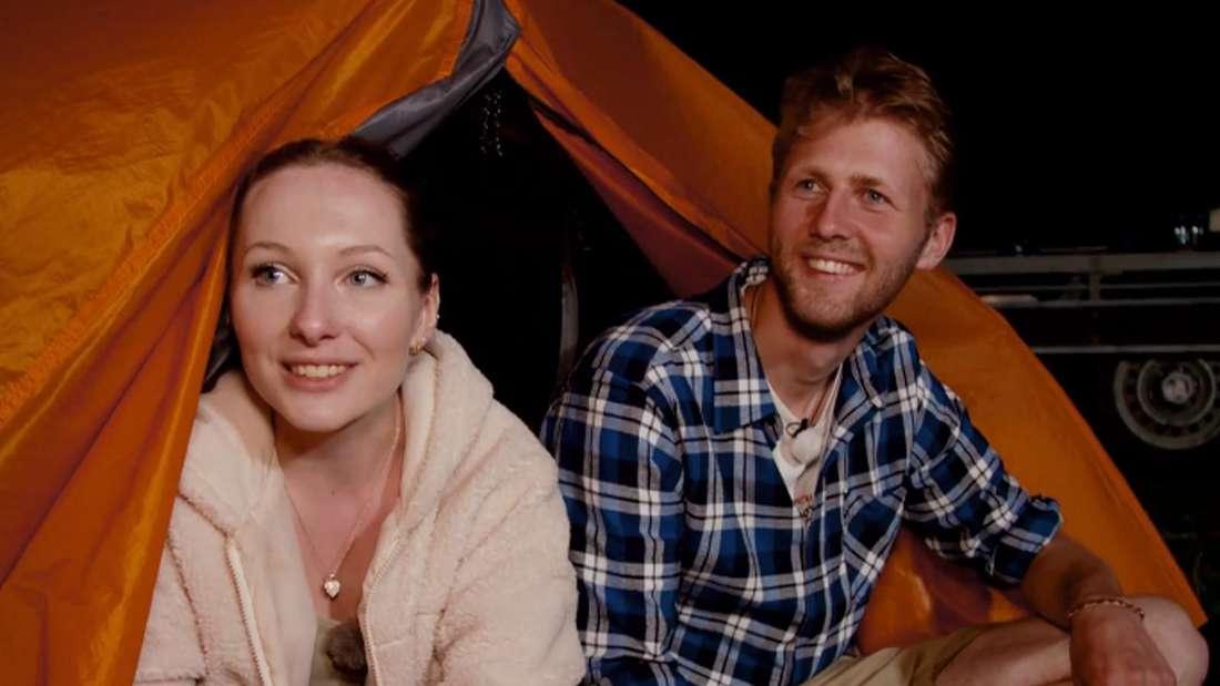 """Imker Daniel und Maria von """"Bauer sucht Frau International"""" (RTL) sitzen am Zelteingang."""