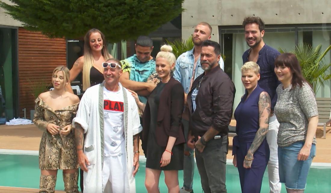 """Die zehn Teilnehmer der neuen Reality-Show """"Like Me I'm Famous"""" (RTL) vor der Villa in Rösrath"""