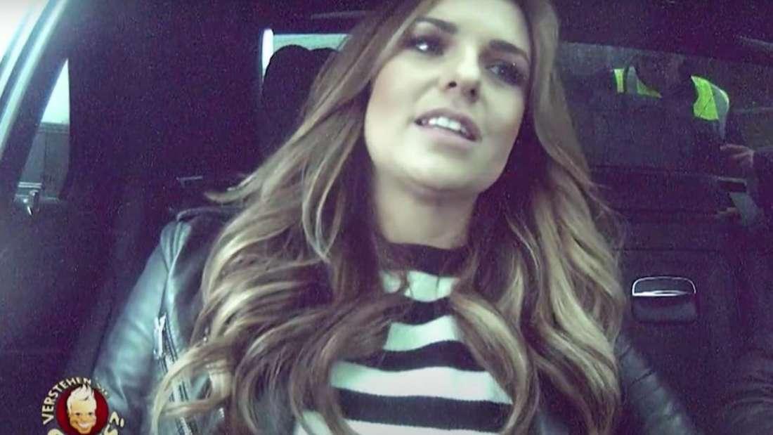 Laura Wontorra sitzt in einem Auto
