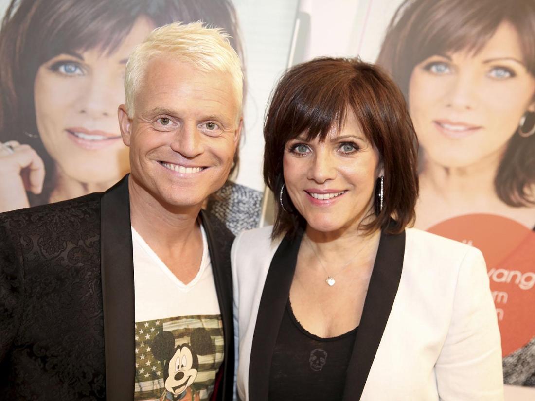 Moderatorin Birgit Schrowange lächelt mit TV-Kollege Guido Cantz in die Kamera