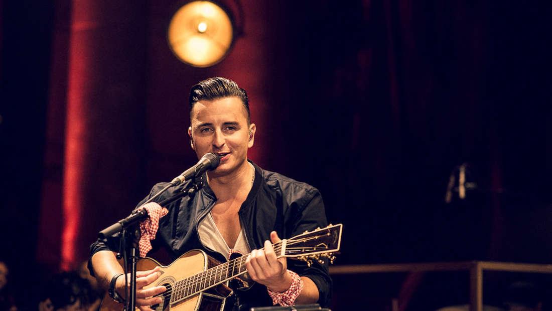Andreas Gablier singt bei einem Konzert in Wien