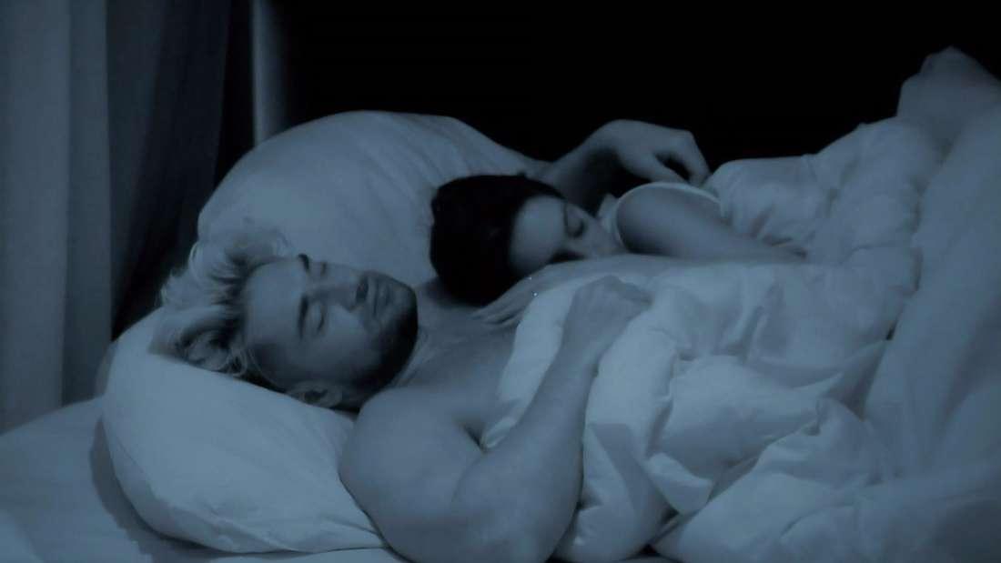 Maddi und Aleks liegen im Bett und kuscheln