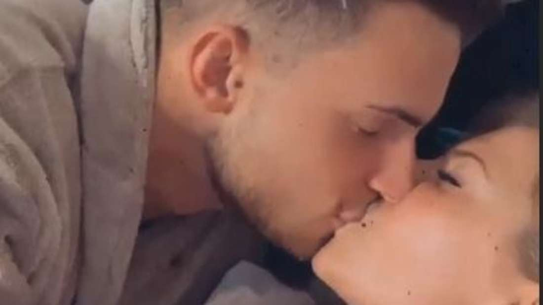 Melissa und Dominic küssen sich