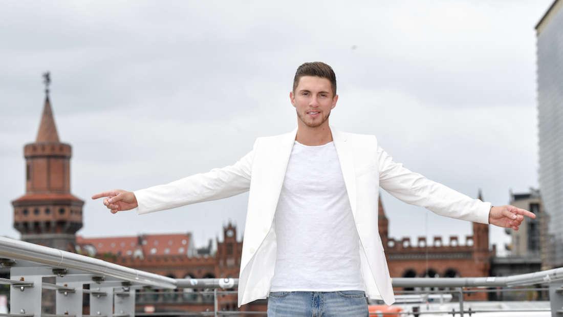 Joey Heindle steht auf dem Dach eines Hauses