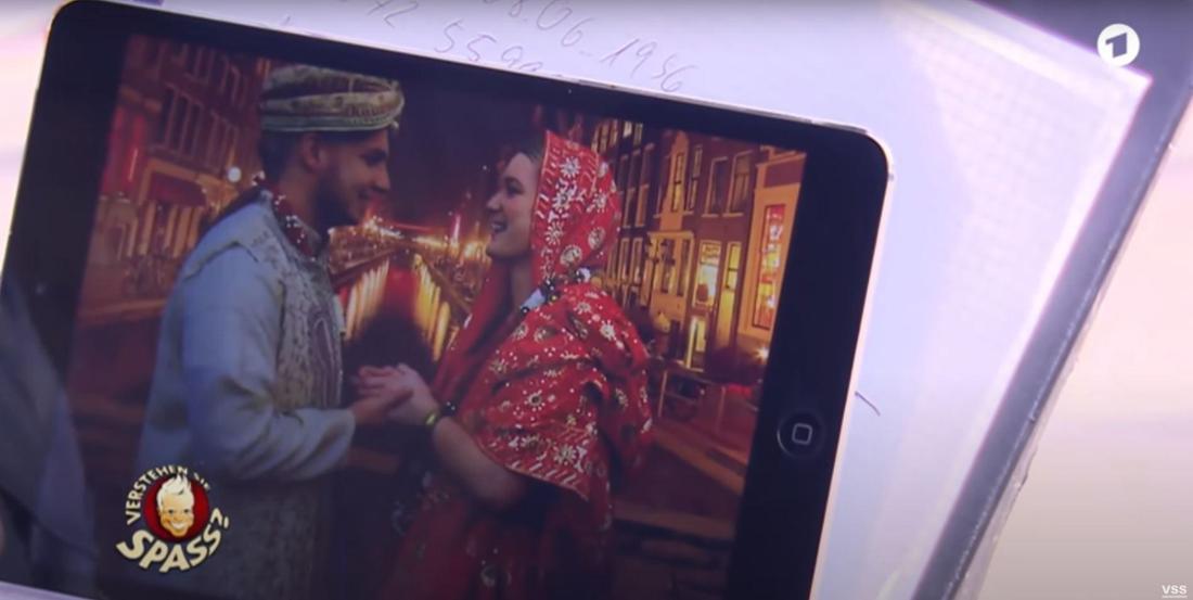 Pietro Lombardi und Amy Hines in indischen Gewändern stehen sich gegenüber und halten sich bei den Händen