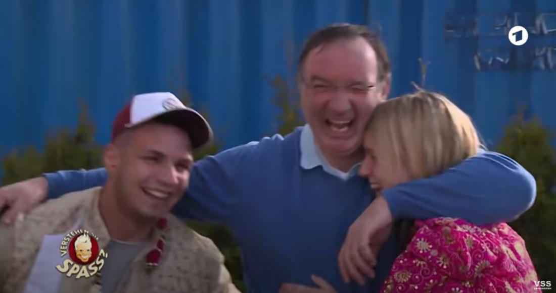 David Hines legt seine Arme um Pietro Lombardi und Tochter Amy, er lacht erleichtert