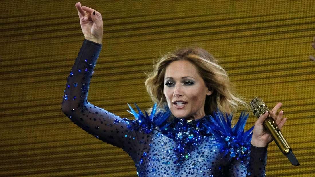 Helene Fischer ist auf der Bühne im blauen Kleid und singt