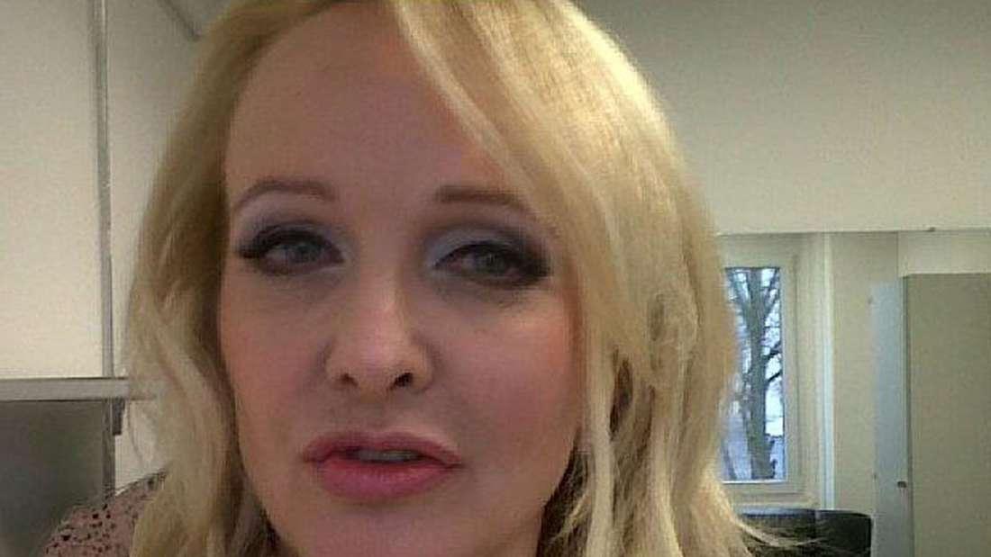 Kristina Bach macht ein Selfi von sich