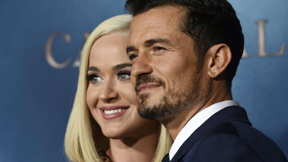 Katy Perry und Orlando Bloom posieren für die Kameras und stehen eng zusammen