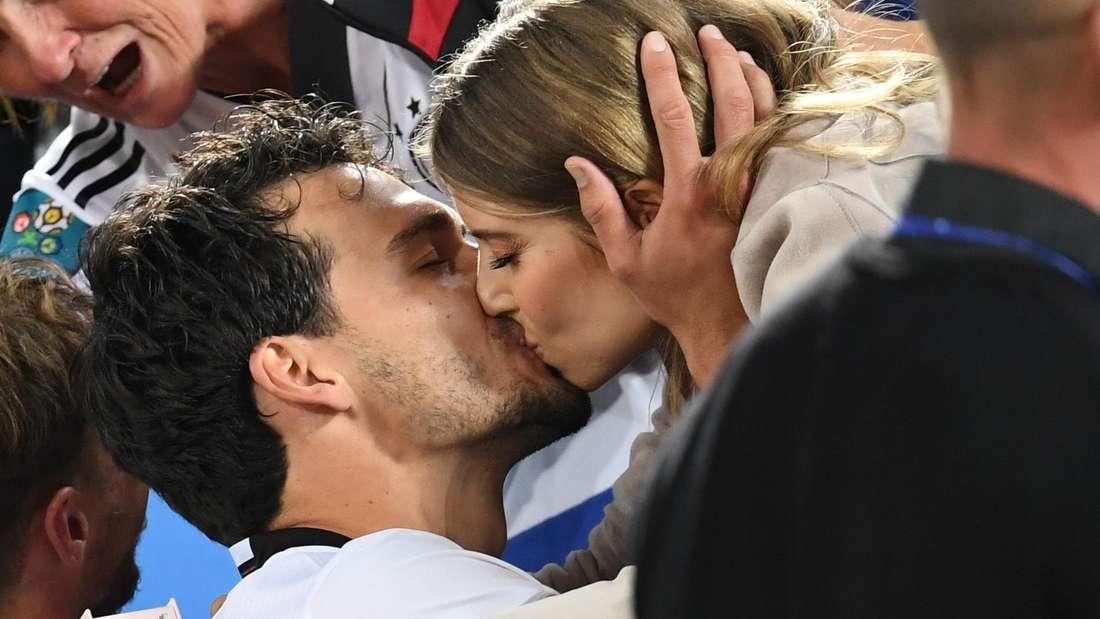 Cathy und Mats Hummels küssen sich nach dem Viertelfinale der Europameisterschaft 2016 gegen Italien