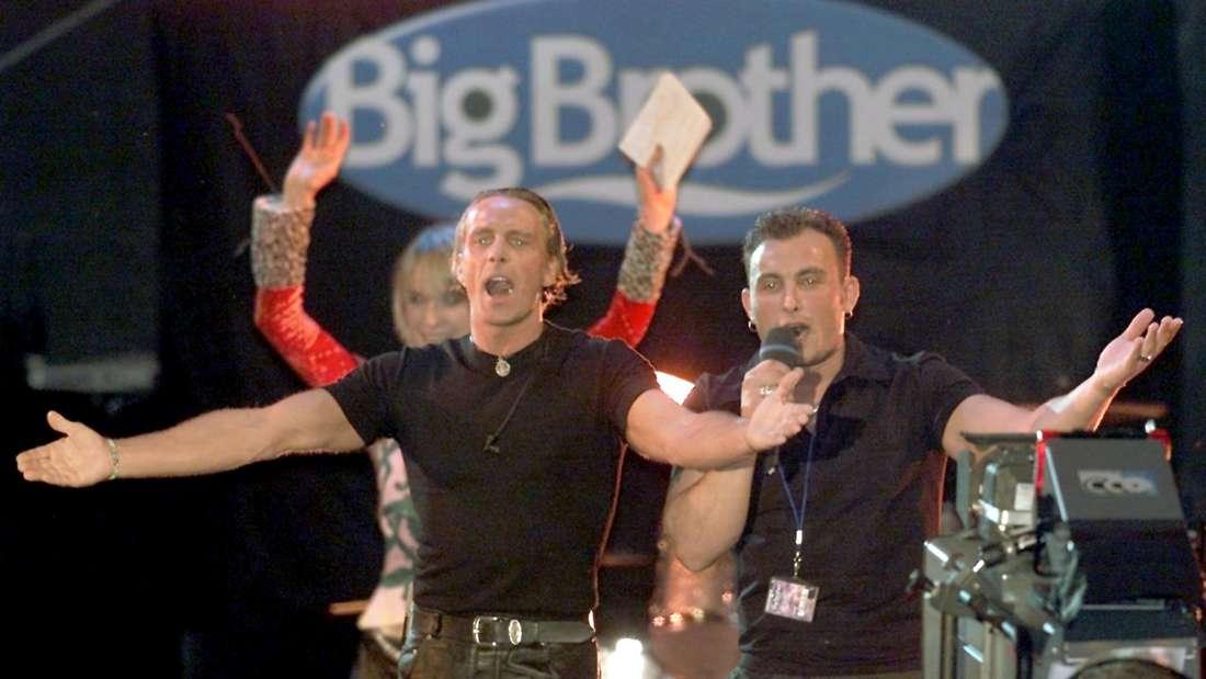 """Jürgen (l) und Zlatko, ehemalige Bewohner des ersten """"Big Brother""""-Containers winken bei der Party zum Finale der RTL II-Fernsehshow """"Big Brother"""" den wartenden Fans zu."""