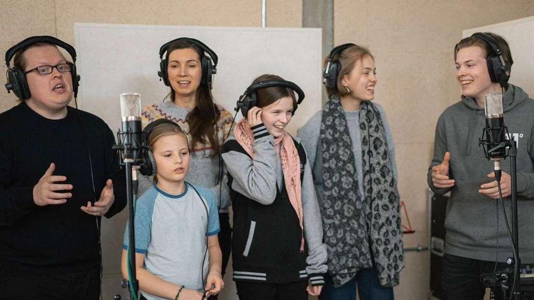 Angelo Kelly und seine Familie steht im Tonstudio und nimmt ein Lied auf