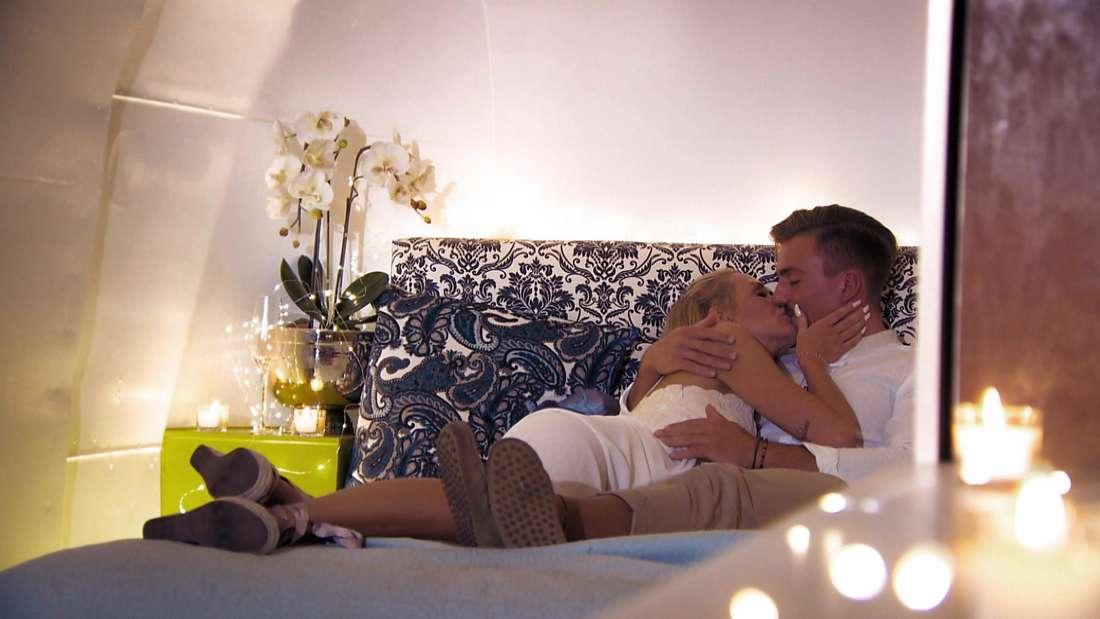 """Kevin und Kathi schmusen auf einem Bett bei """"Are You the One?"""""""