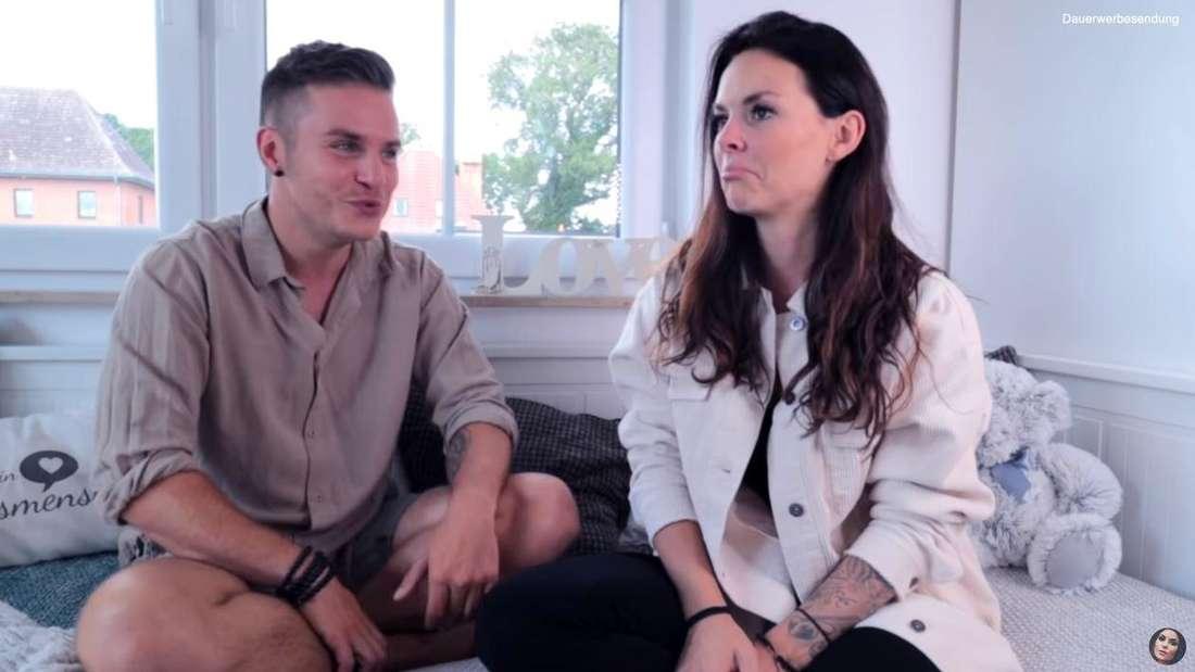 Henning Merten und Denise Kappés drehen ein YouTube-Video.