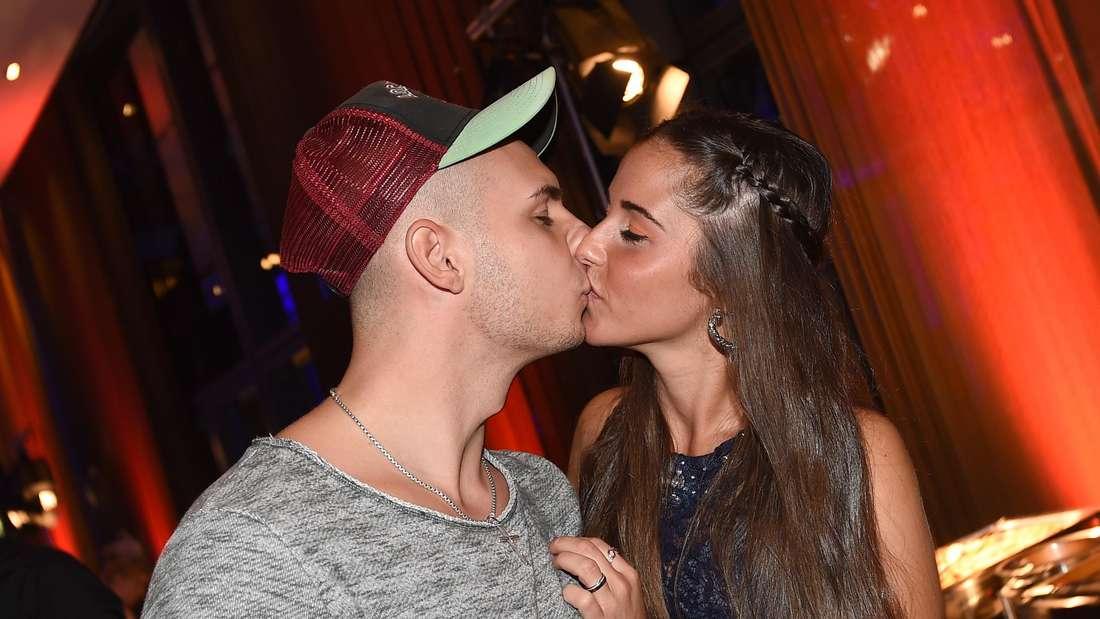 Sarah und Pietro Lombardi küssen sich