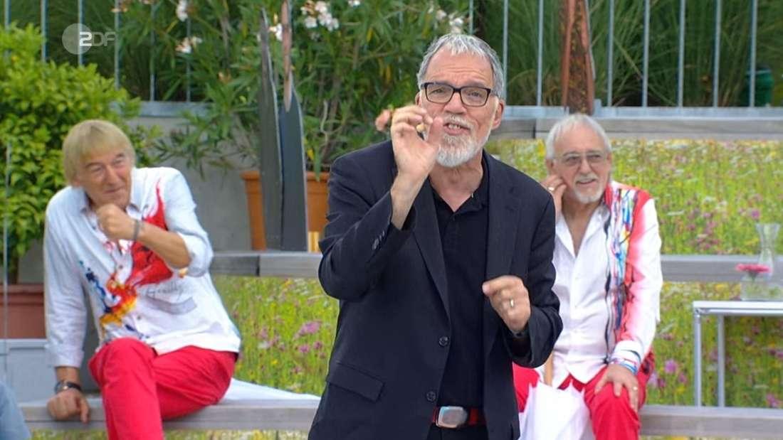 """Bernd Ulrich von den Amigos macht eine """"Schlag zu""""-Geste während des Auftritts von Comedian Wolfgang Trepper."""