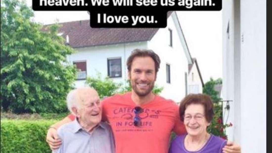 Bastian Yotta zusammen mit seinen Großeltern