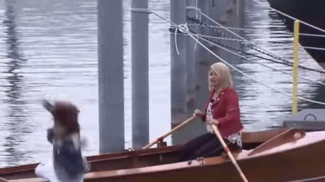 Beatrice Egli sitzt um Ruderboot und Isabel Varel fällt in dem Moment aus dem Boot ins Wasser