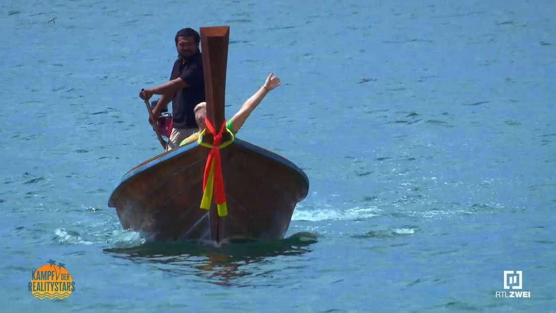 Hubert Fella winkend in einem Boot
