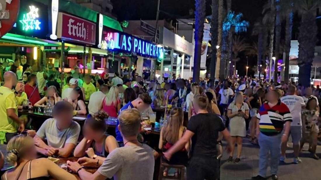 Dichtes gedränge herrscht am vergangenen Freitag auf der «Bierstraße». Hunderte Urlauber aus Deutschland sollen am Ballermann auf Mallorca Party gemacht haben, ohne sich um die derzeit in Spanien geltenden Corona-Regeln zu scheren.