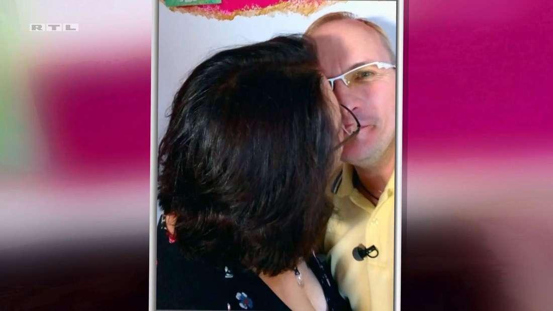 Heiko möchte eigentlich nur ein Selfie machen, doch Helga drückt ihm unerwartet einen Kuss auf