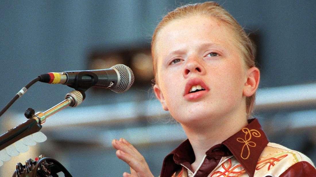 Angelo Kelly in jungen Jahren singt auf einer Bühne