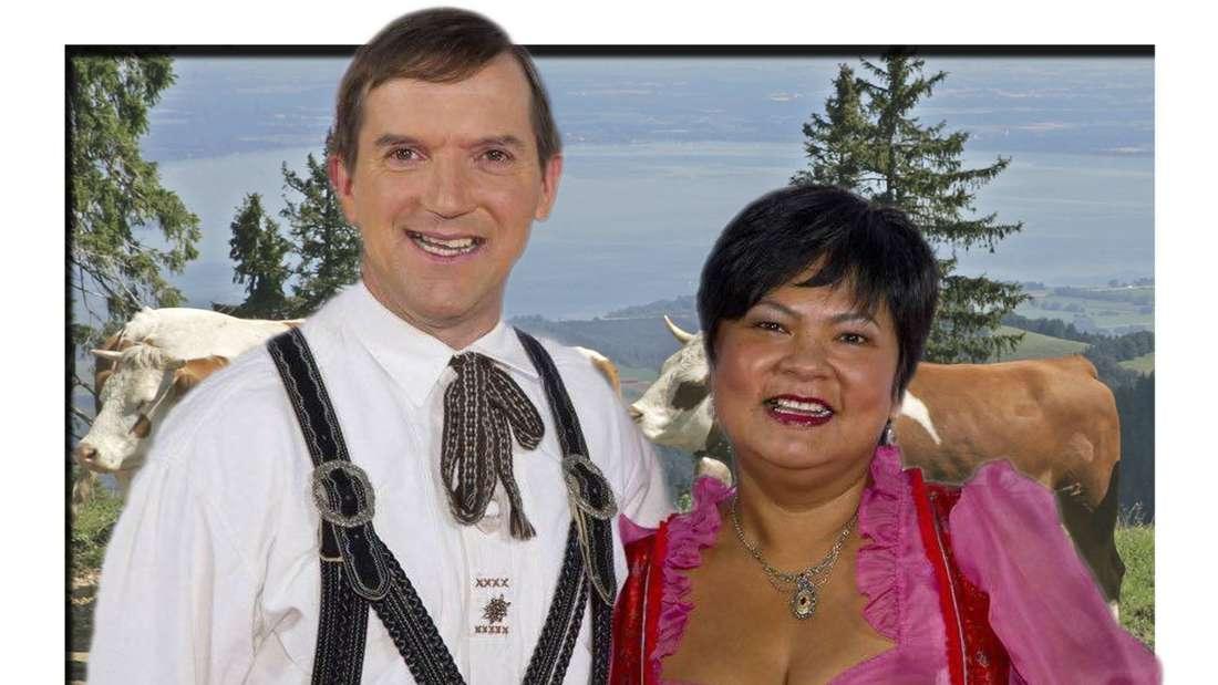Bauer sucht Frau: Josef und Narumol lachen in die Kamera, im Hintergrund Kühe und der Chiemsee (Fotomontage)