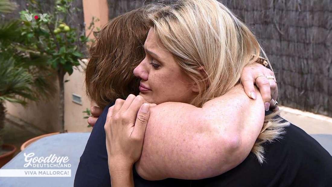 Jenny Matthias muss sich unter Tränen von ihrer besten Freundin Elke verabschieden.