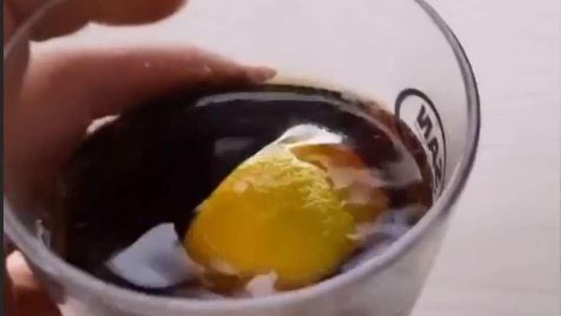 Hand von Sarah Connor und ein Glas Rum-Cola mit Zitrone