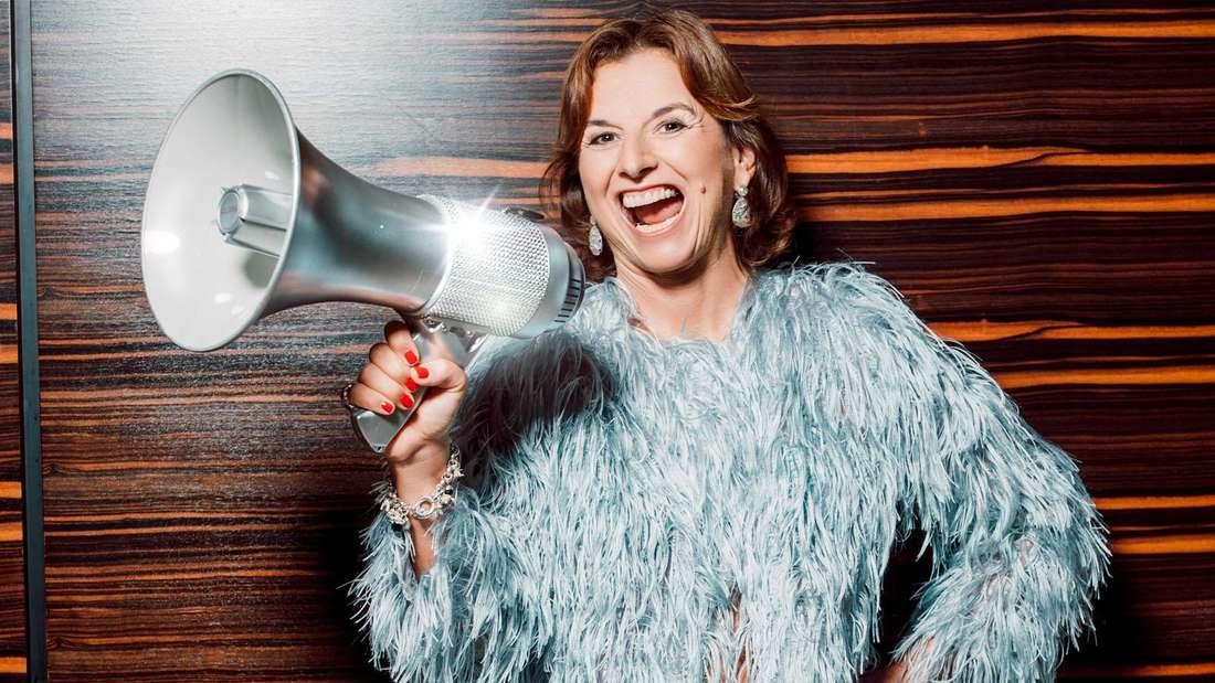 Claudia Obert hält ein Megaphon in der Hand