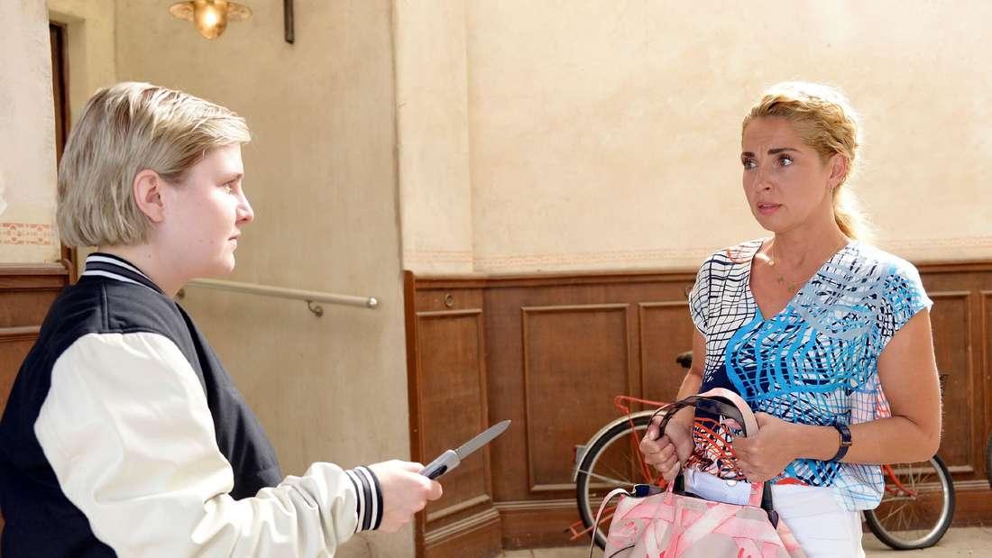 Nina (Maria Wedig) ist entsetzt als Terri mit einem Messer vor ihr steht.