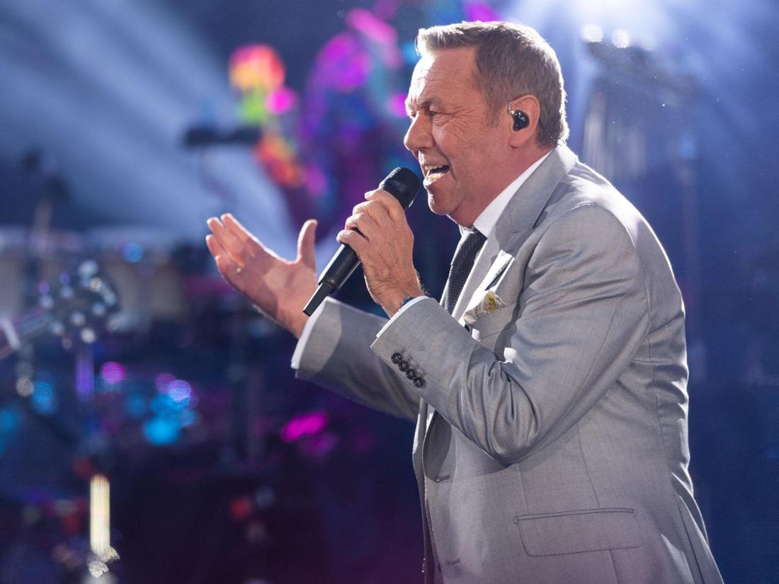 Roland Kaiser steht auf der Bühne und singt