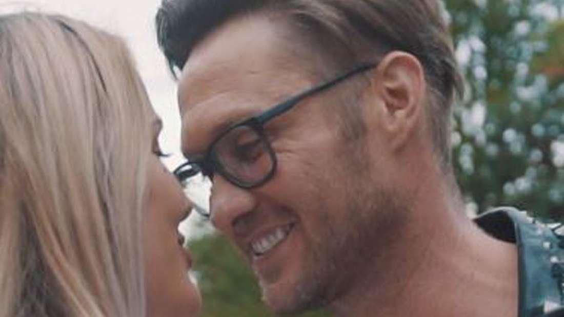 Nico Schwanz und Julia Prokopy blicken sich verliebt an