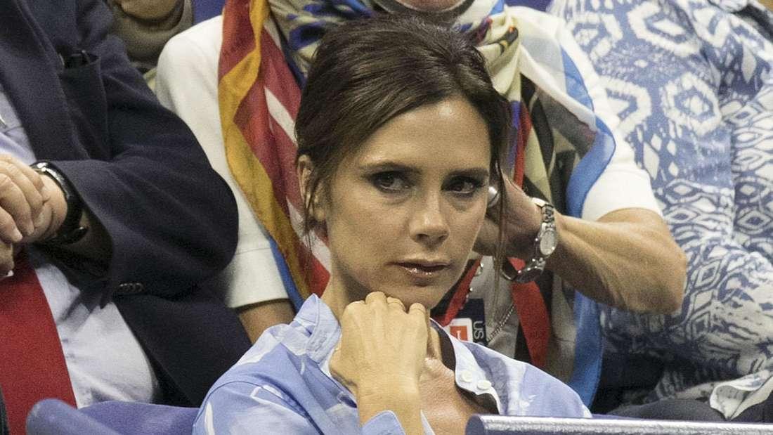 Victoria Beckham sitzt im Publikum und schaut an der Kamera vorbei