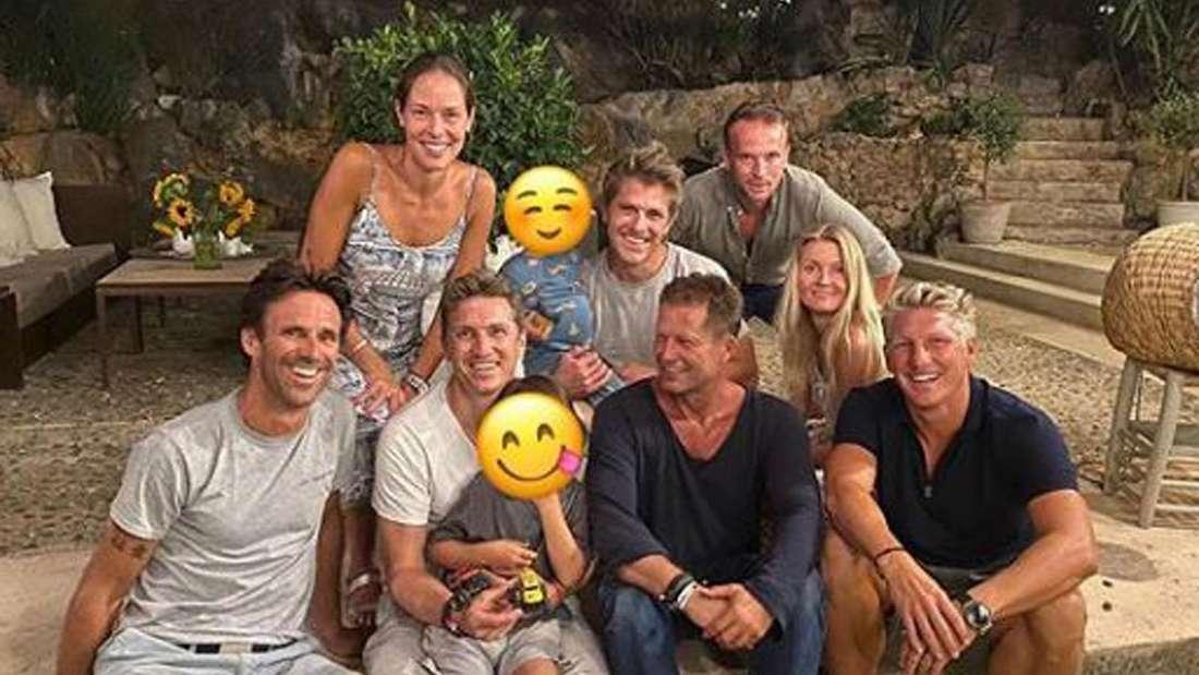Die Party-Gesellschaft von Til Schweiger sitzt auf einer Treppe zum Gruppenfoto