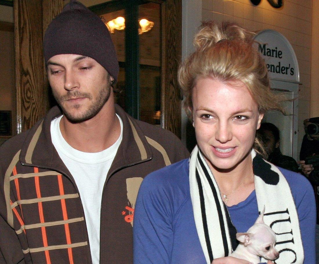 Britney Spears trägt einen Hund, im Hintergrund sieht man Kevin Federline