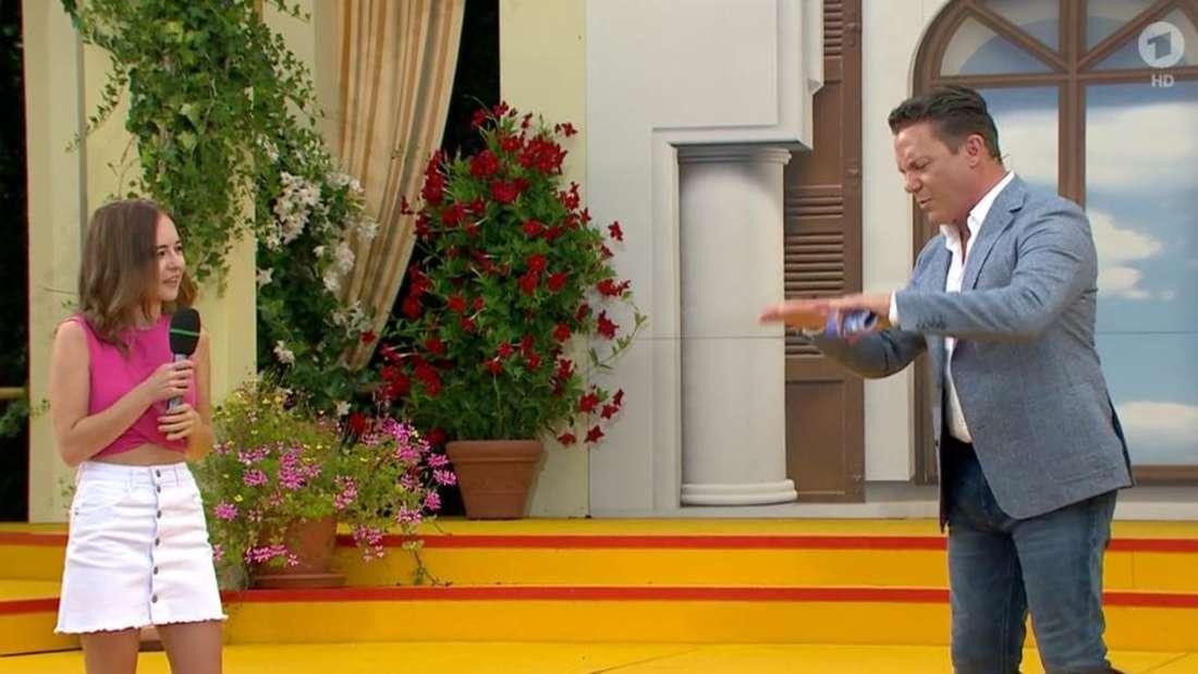 """Stefan Mross redet bei """"Immer wieder sonntags"""" mit Pauline."""
