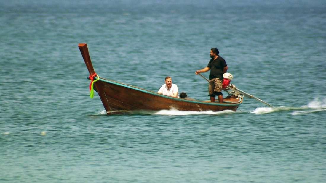 Kampf der Realitystars: Willi Herren wird mit einem kleinen Boot Richtung Strand gefahren.