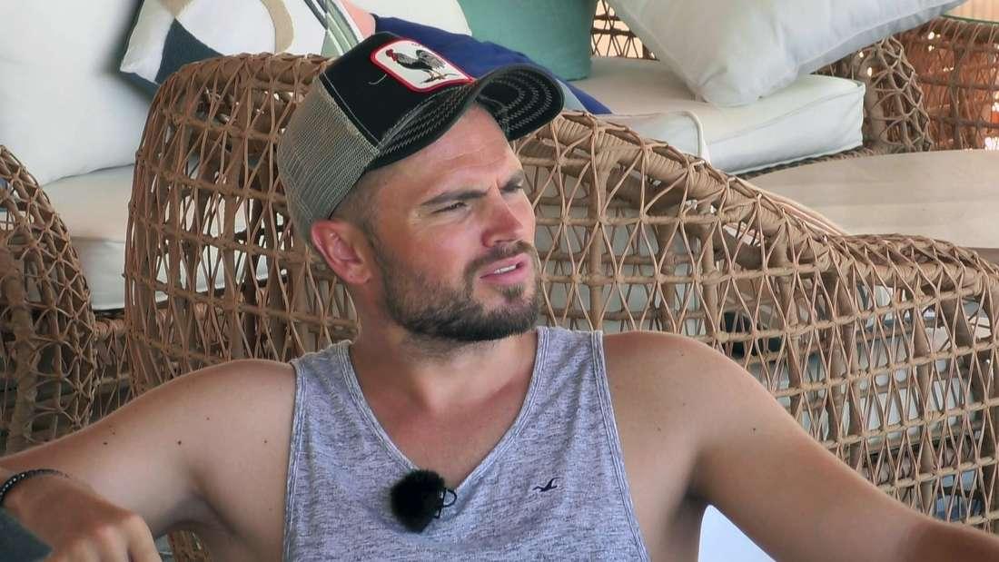 Kampf der Realitystars: Johannes Haller schaut ungläubig in die Ferne am Strand von Phuket