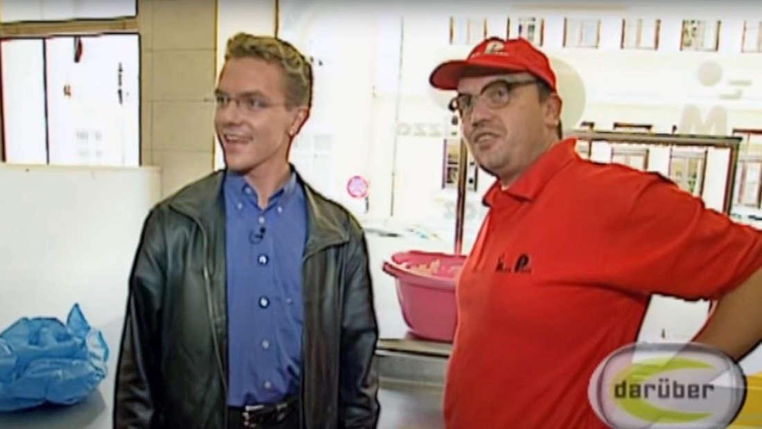 Stefan Mross (links) überrascht Pizzabäcker Hans Zippert, alias Hape Kerkeling, in München.