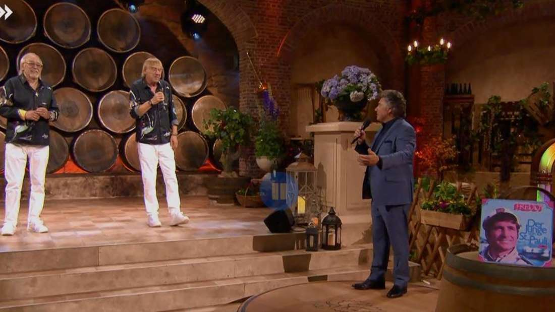 Die Amigos und Andy Borg singen gemeinsam ein Medley von Freddy Quinn, auf einem Weinfass ist eine Schallplatte von Freddy Quinn